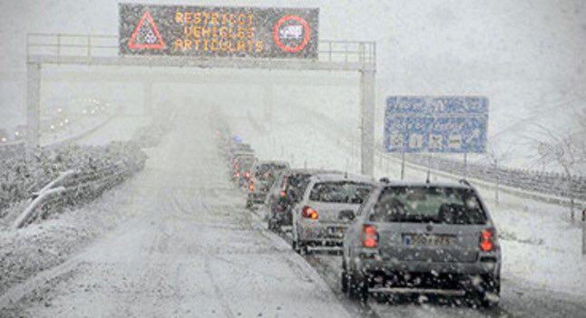 Autovía nevada con circulación lenta o retenciones