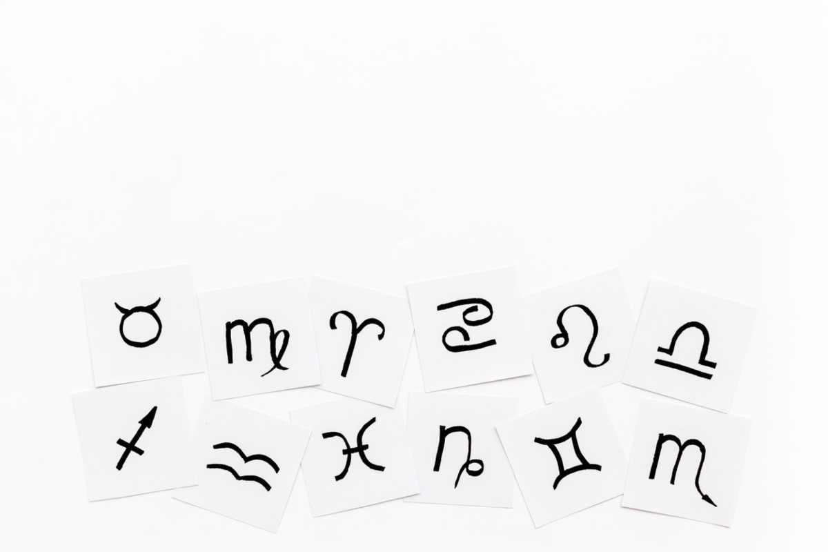 Hojas con los símbolos del zodíaco