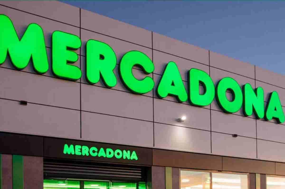Fachada y cartel de un centro comercial de Mercadona