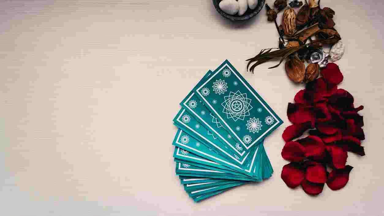 Des cartes de tarot bleues sur une table blanche