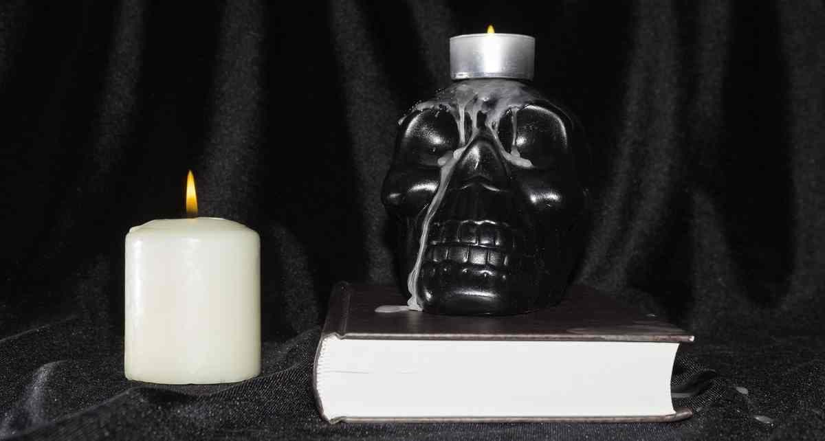 Un crâne noir sur le dessus d'un livre