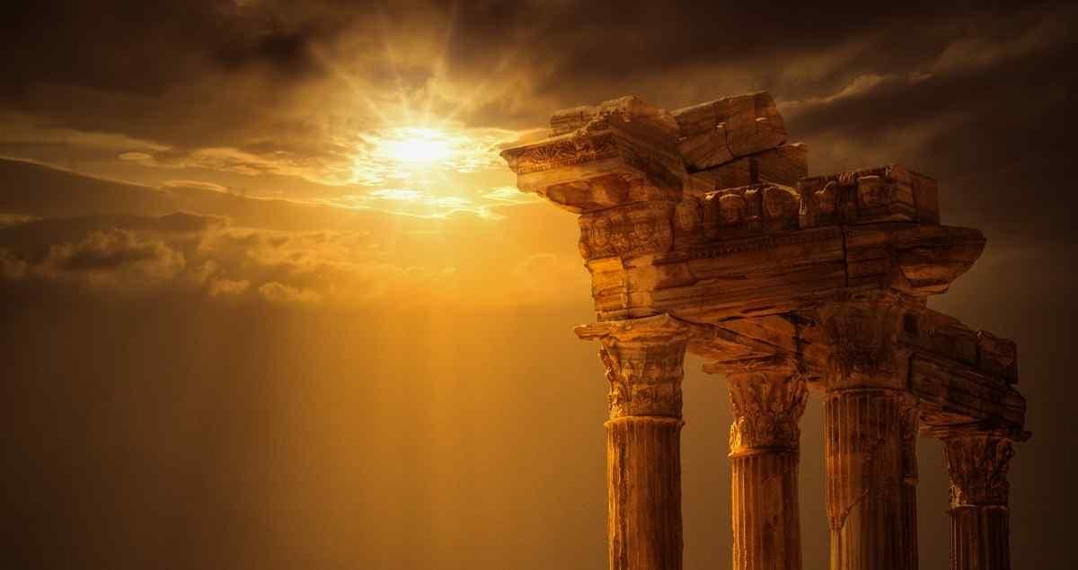 Une colonne grecque à laquelle le soleil donne