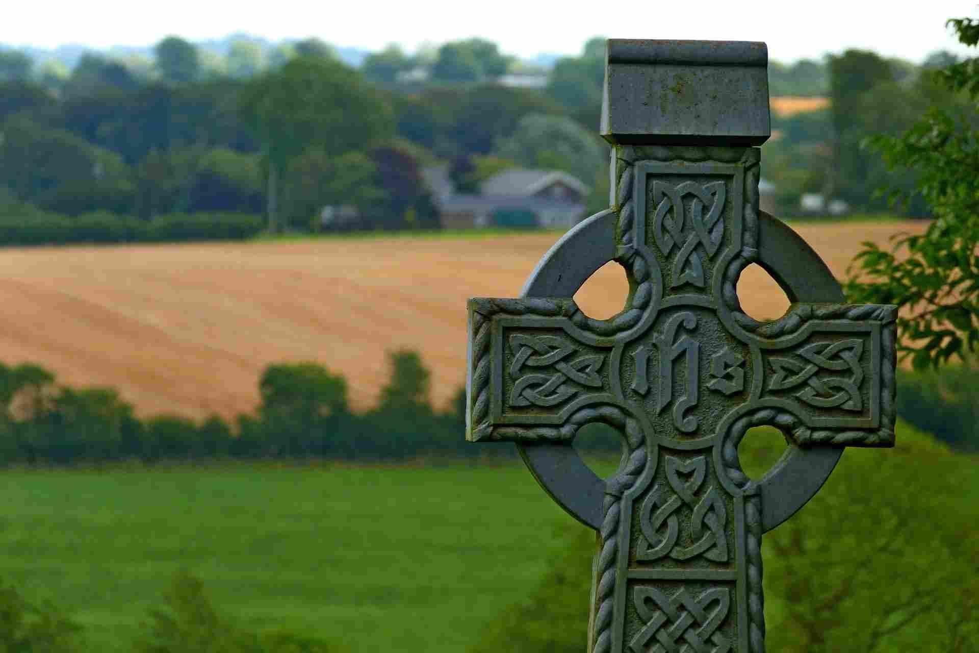 Cruz tradicional de los países de cultura celta en medio del campo