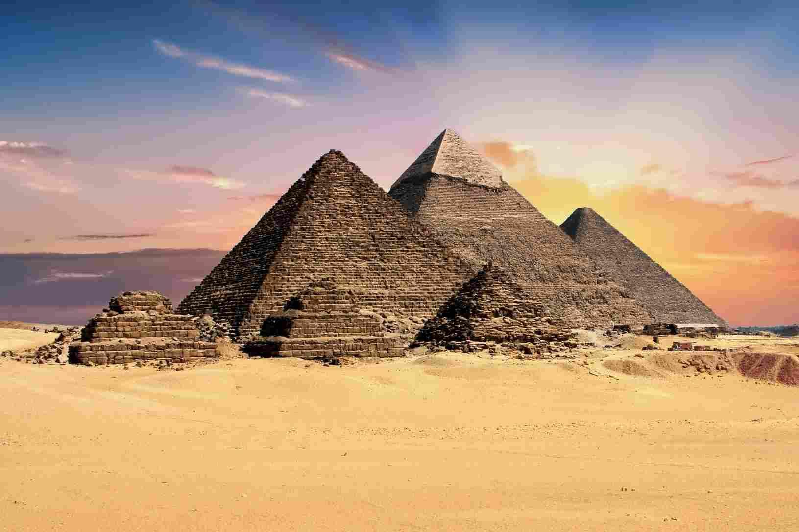 Algunas de las pirámides de Egipto en un día de mucho sol y arena amarilla