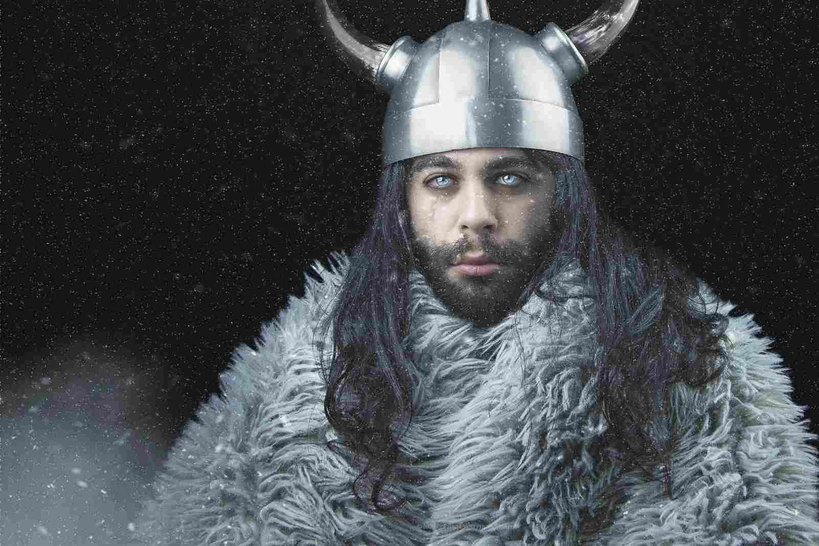 Un personaje vikingo vestido con el ropaje tradicional en medio de la nieve