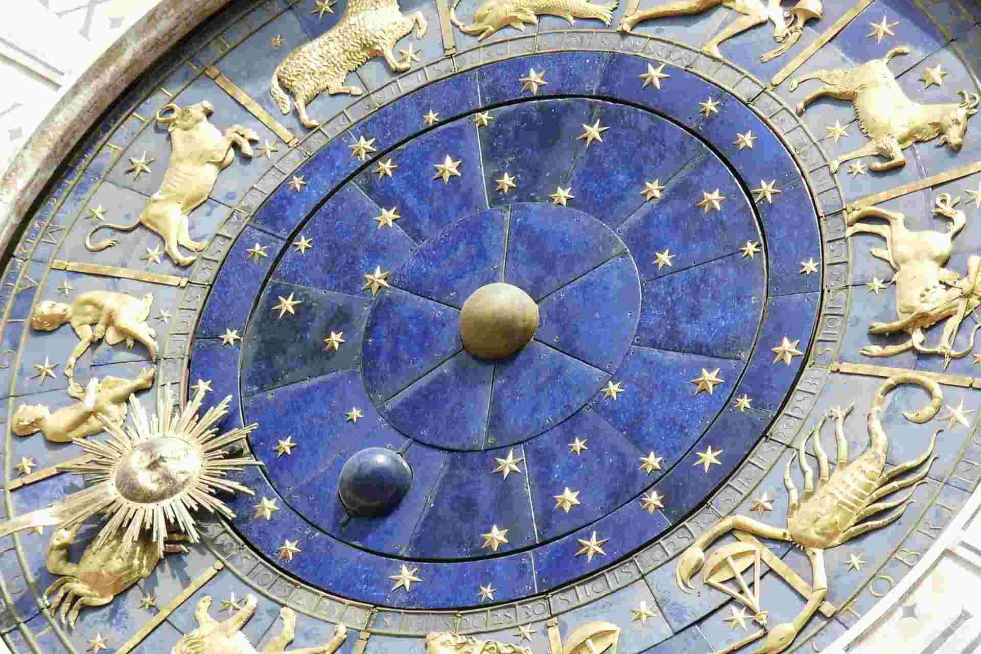 Un reloj con todos los símbolos del horóscopo, representados por su figura correspondiente