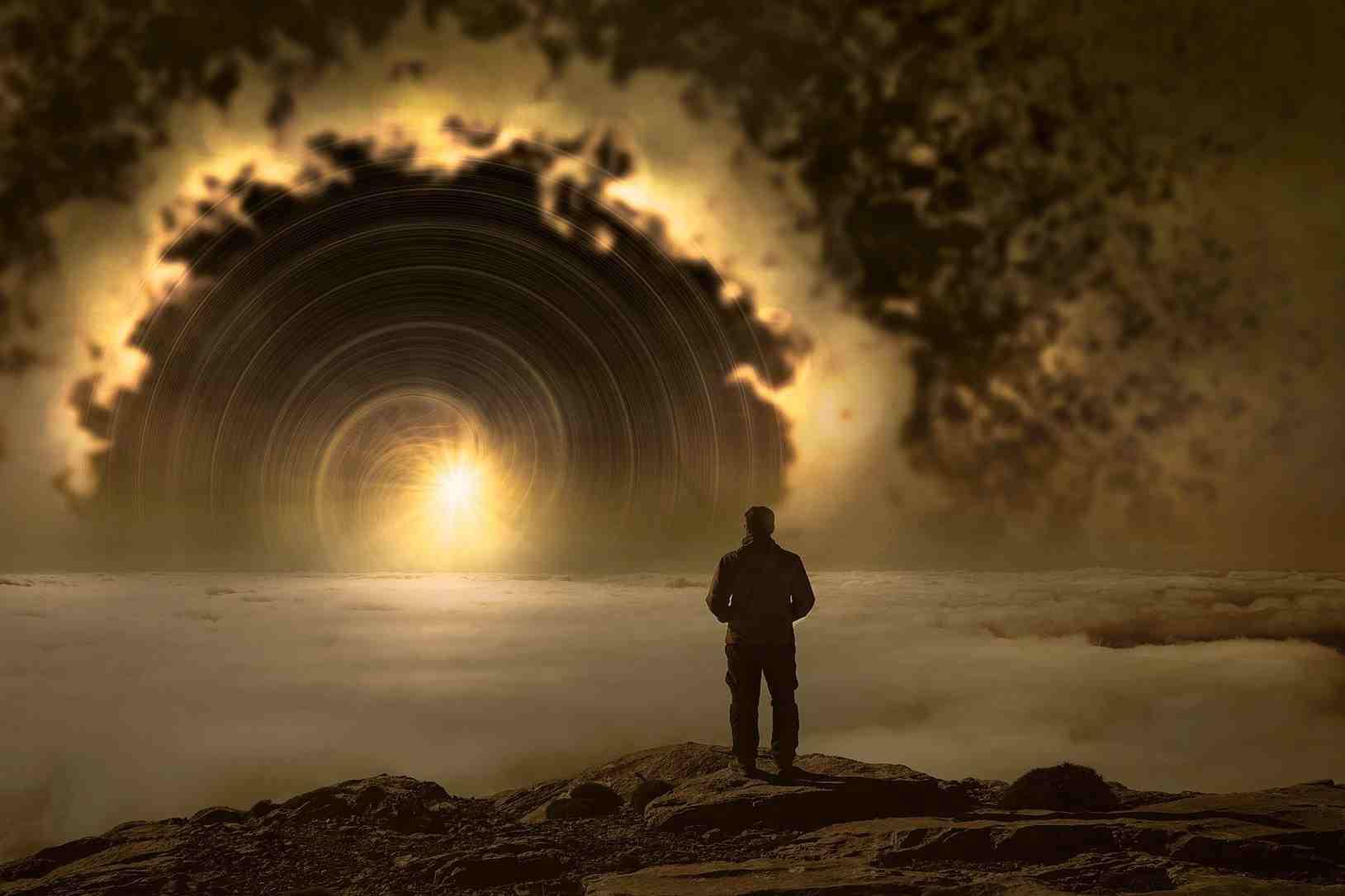 Una imagen idealizada del mundo de los sueños con un sol encima de la niebla y un hombre