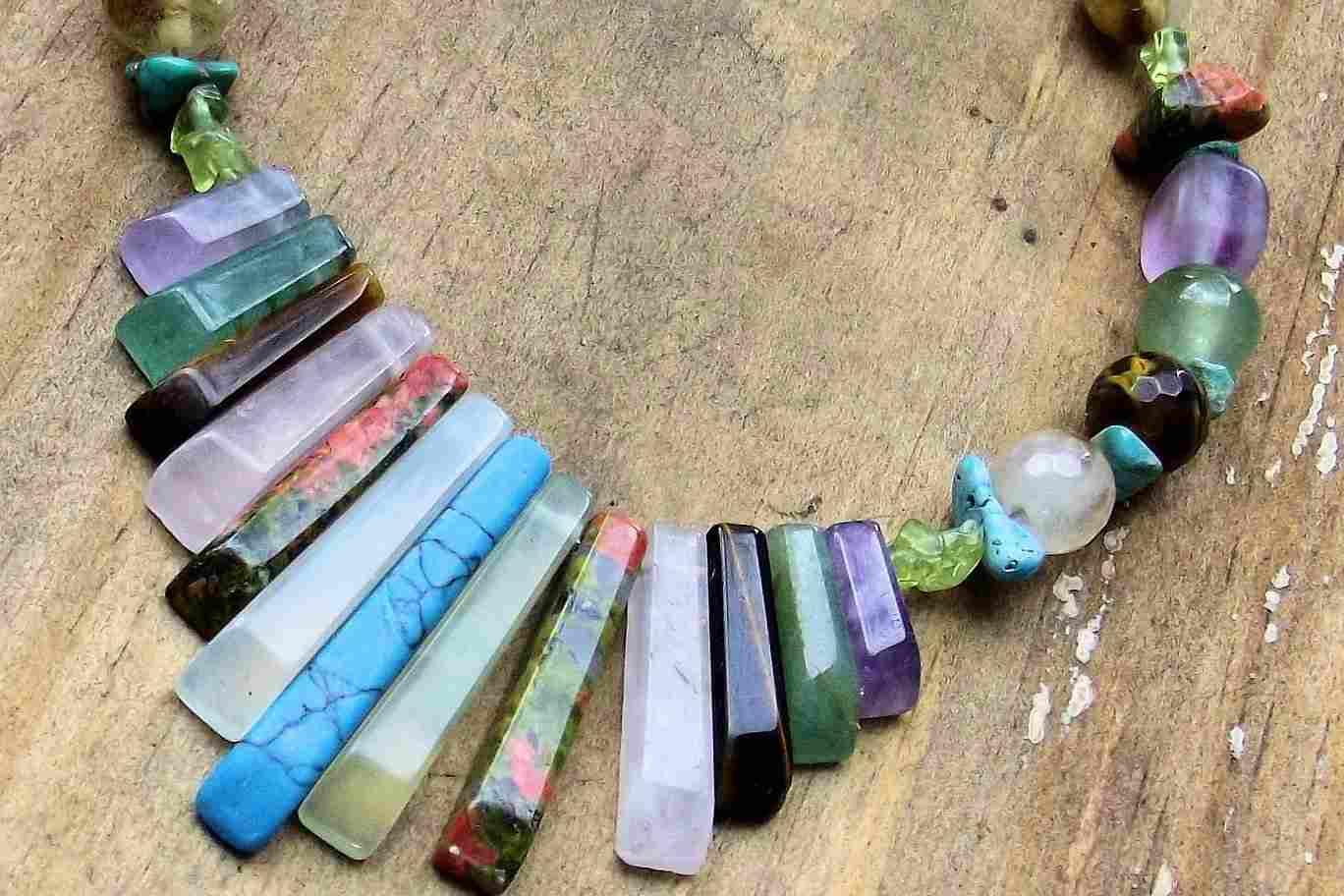 Varias piedras mágicas en un colgante