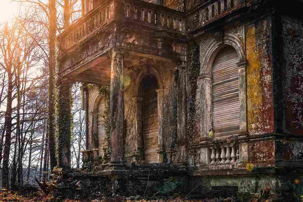 Una casa encantada con aspecto antiguo en medio del bosque