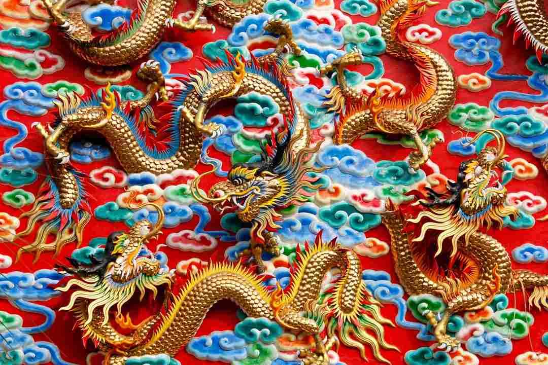 Dragones alargados y alados típicos de la cultura oriental china