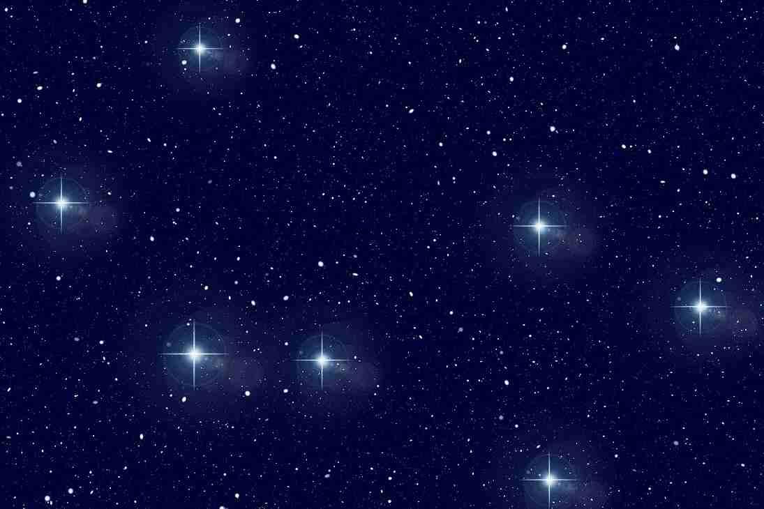Centenares de estrellas brillando en la oscuridad de un cielo nocturno