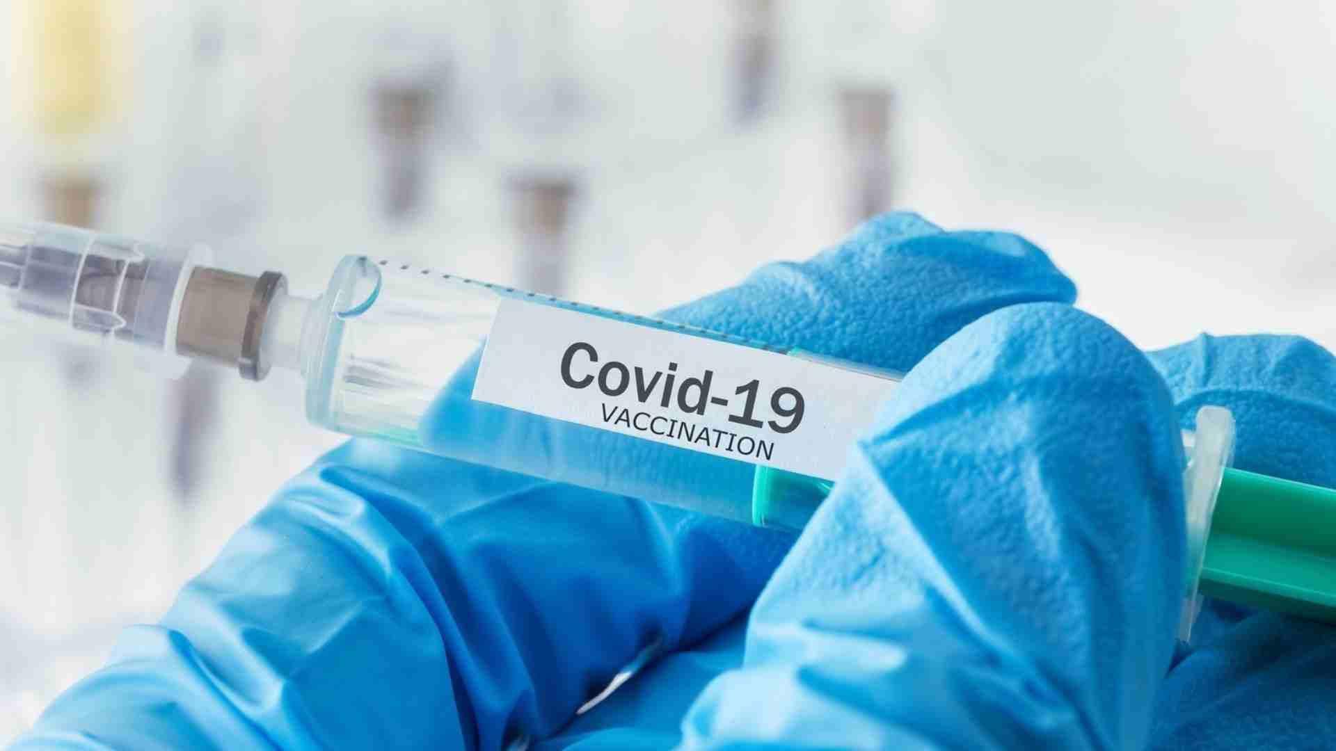 Una jeringuilla con una de las vacunas contra la COVID-19