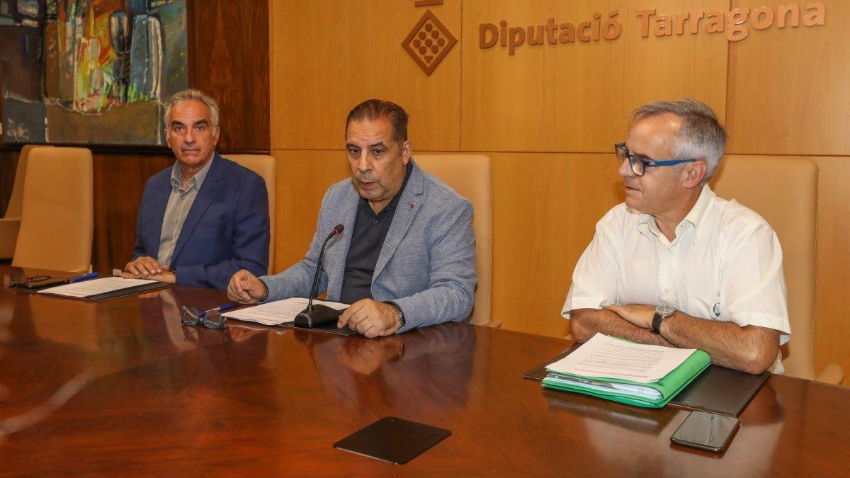 Els alcaldes de la Selva del Camp i Almoster i el vicepresident i diputat del servei d'Assistència al Territori de la Diputació de Tarragona en la presentació.