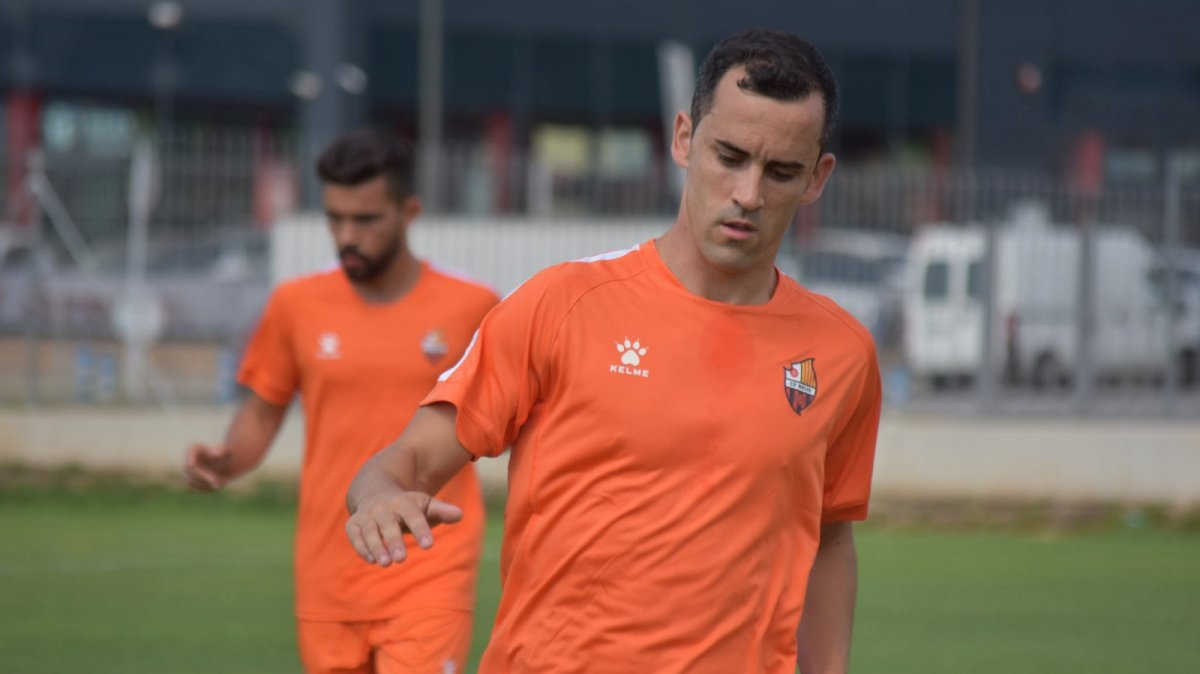 Miguel Linares, un dels nous fitxatges del CF Reus, amb l'equipació del nou patrocinador, Kelme
