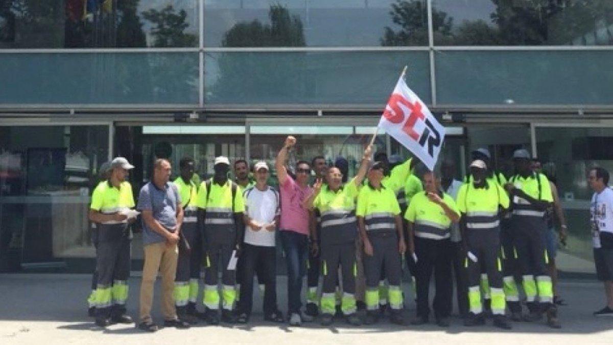 La concentració dels treballadors de la neteja de Salou va aplegar unes vint persones.