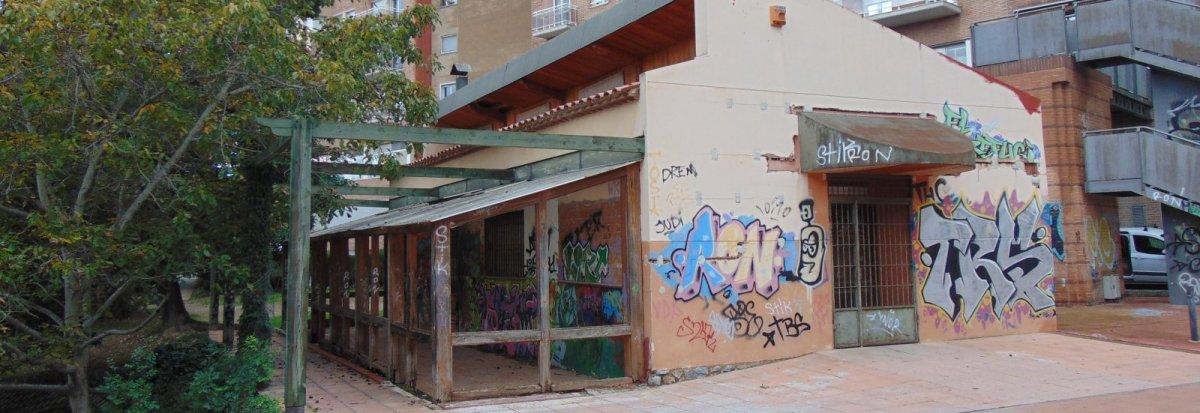 L'edificació existent al parc del Mas Miquel coneguda com el Refugi està completament abandonada i en molt mal estat.