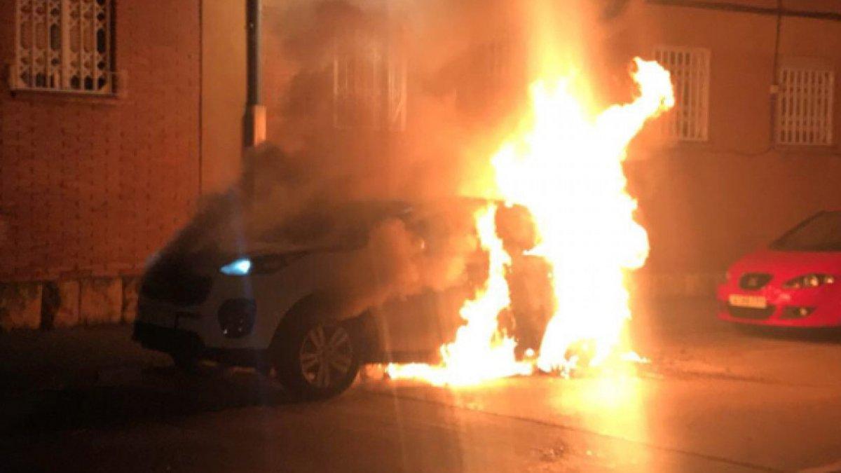 Un dels cotxes que ha cremat aquesta nit.