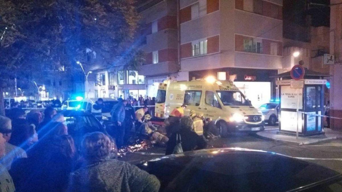 Els serveis d'emergència, al carrer de Sant Isidre, a la Ràpita