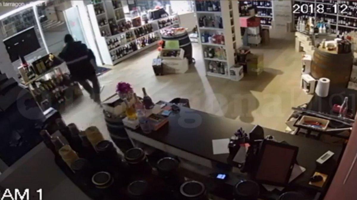 Fotograma del vídeo del robatori al Vinalium de la plaça Corsini.