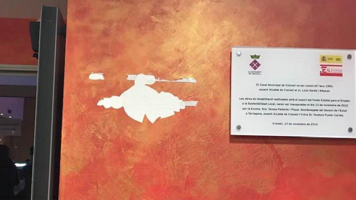 La placa commemorativa de l'1 d'octubre a Creixell va aparèixer arrencada la Nit de Cap d'Any.