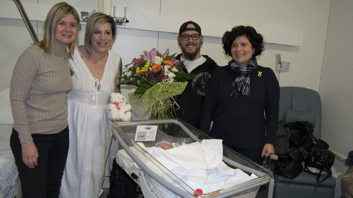 L'Axel, fill de l'Olaia i l'Aitor, va rebre la visita de les regidores Noemí Llauradó i Montserrat Vilella