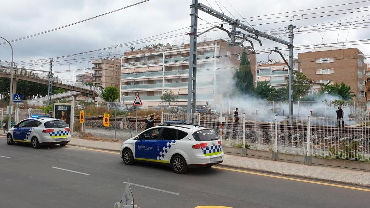 Incendi de vegetació al costat de la via del tren a Torredembarra