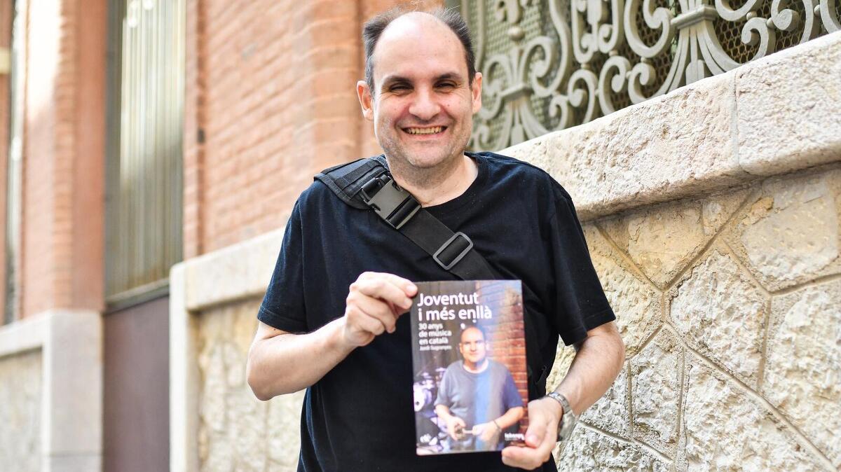 Jordi Sugranyes amb el seu llibre 'Joventut i més enllà'